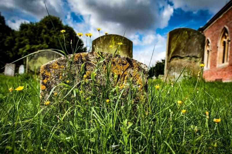 Chiesa della proprietà con le pietre delle tombe immagini stock
