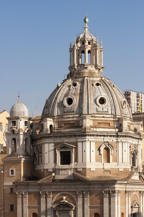 Chiesa della Santa Maria di Loreto Belle vecchie finestre a Roma (Italia) cupola fotografia stock