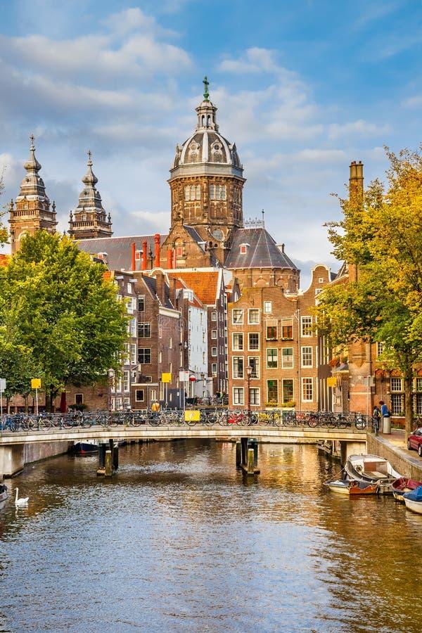 Chiesa della st e del canale Nicolas a Amsterdam fotografia stock