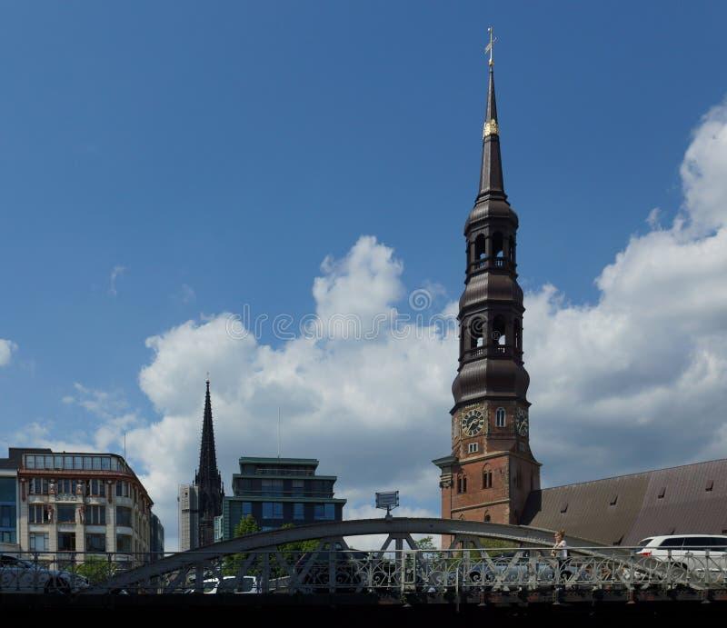 Chiesa della st Nicholas Church e della st Michaelis Amburgo - in Germania - europa fotografia stock libera da diritti