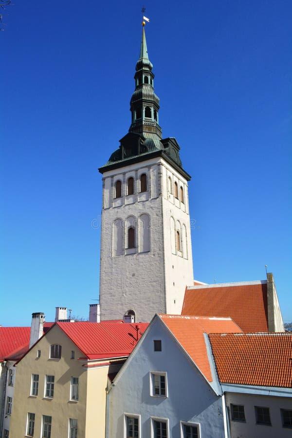 Chiesa della st Olaf o della st Olav (estone: Kirik di Oleviste) e tetti rossi, Tallinn, Estonia fotografia stock