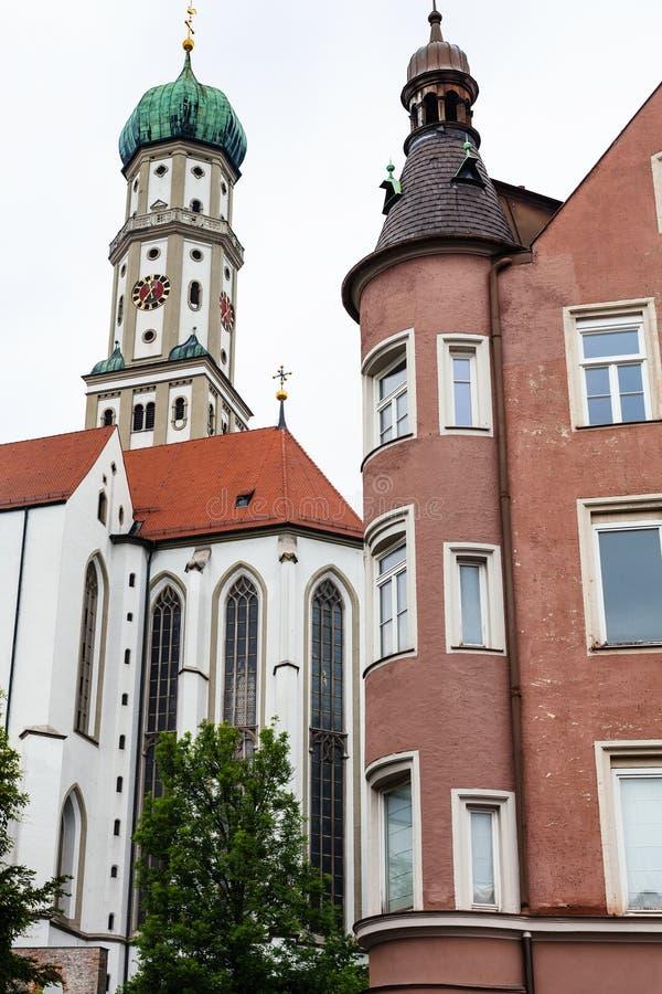 Chiesa della st Ulrich e della st Afra e casa urbana immagini stock