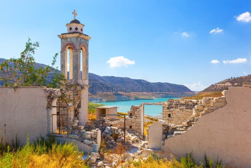 Chiesa di Alassa al bacino idrico di Kouris cyprus fotografie stock libere da diritti