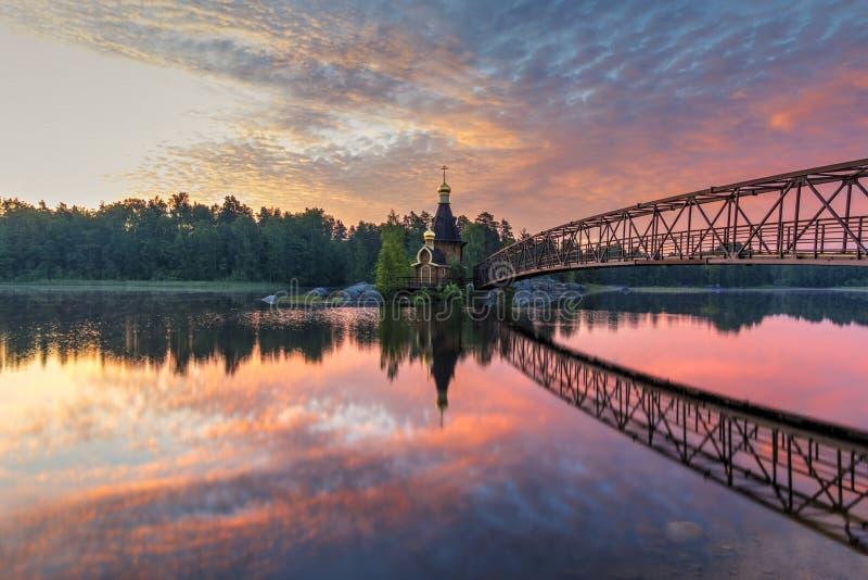 Chiesa di Andrew sul fiume Vuoksa Bella alba di estate Leningrado Oblast, Russia fotografia stock libera da diritti