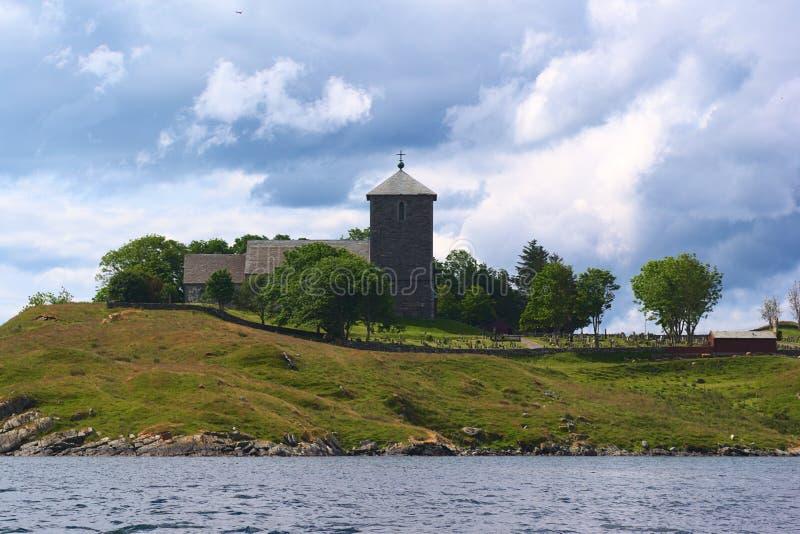 Chiesa di Avaldnes lungo il litorale occidentale della Norvegia fotografie stock