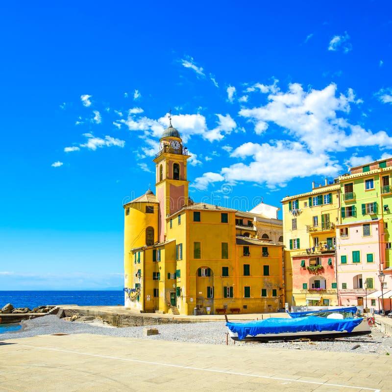 Chiesa di Camogli sul mare, sulle barche e sulla vista della spiaggia La Liguria, Italia immagine stock libera da diritti