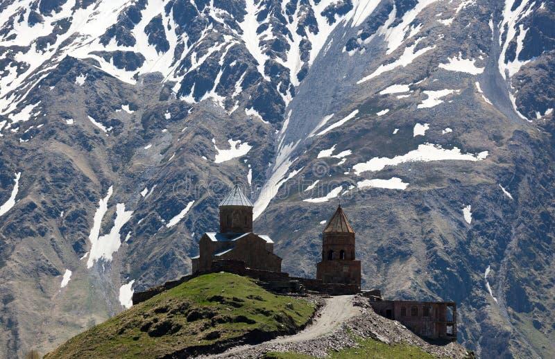 Chiesa di Gergeti. Montagne. Stepantsminda. Georgia. fotografie stock libere da diritti