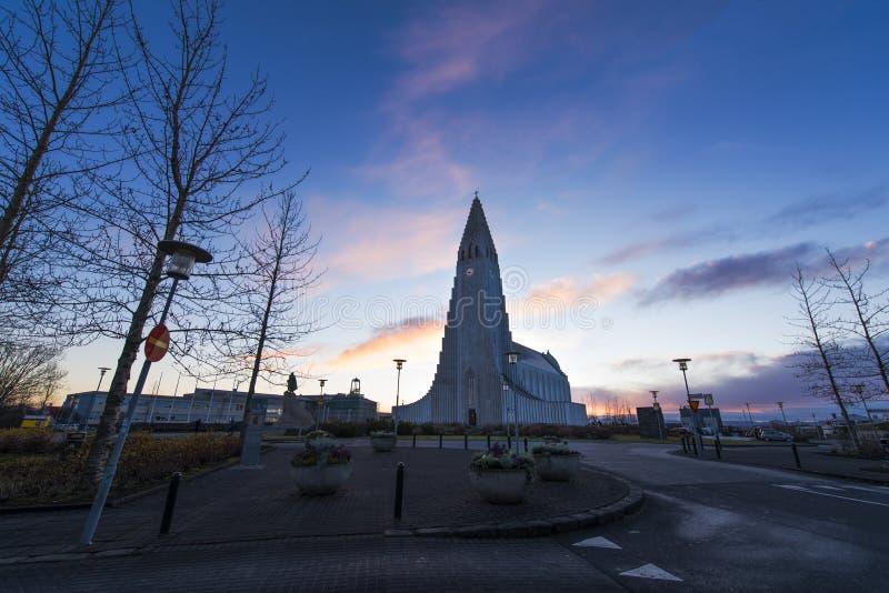 Chiesa di Hallgrimskirkja ad alba a Reykjavik Islanda, terra principale fotografie stock