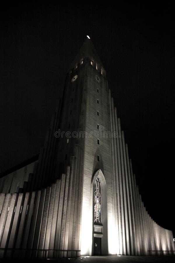 Chiesa di Hallgrimskirkja alla notte fotografia stock