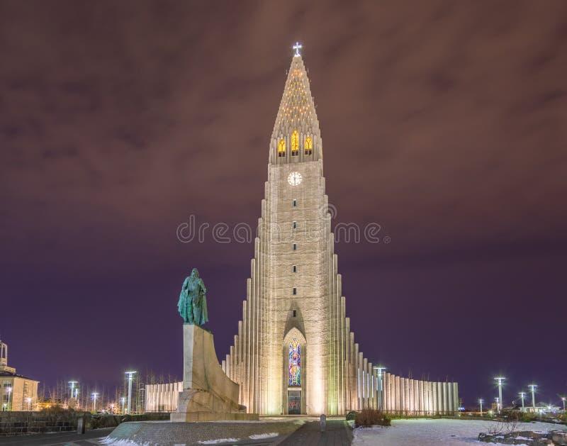 Chiesa di Hallgrimskirkja a Reykjavik, Islanda Cattedrale famosa di Scandanavian alla notte fotografia stock libera da diritti