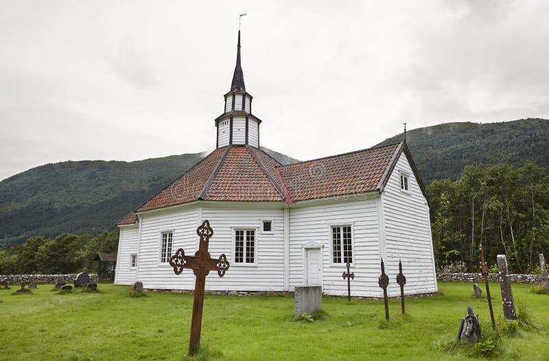 Chiesa di legno bianca norvegese tradizionale Villaggio di Stordal Trav fotografia stock libera da diritti