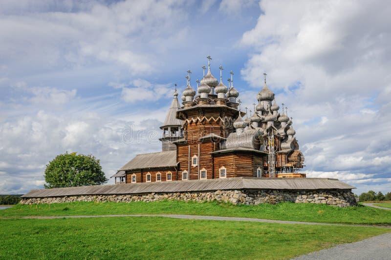 Chiesa di legno a Kizhi nell'ambito di ricostruzione fotografie stock