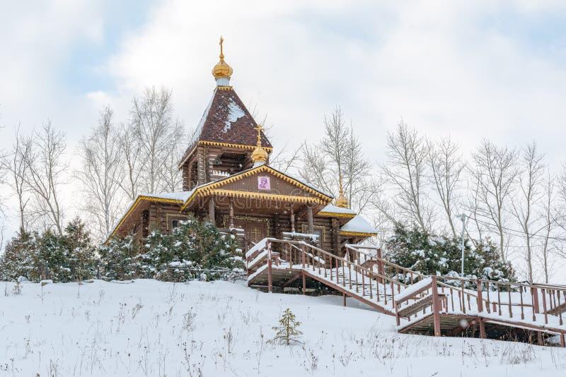 Chiesa di legno nel villaggio fotografia stock