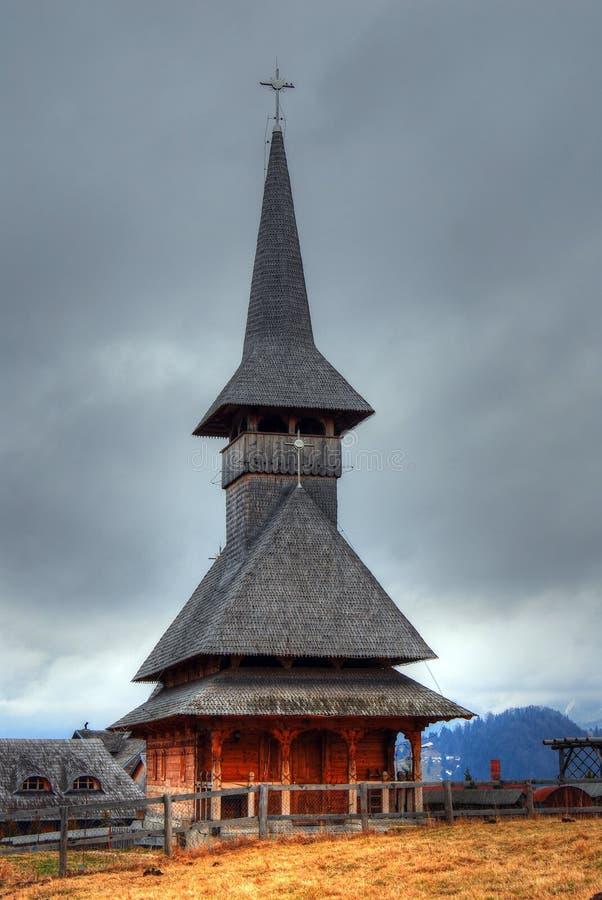 Chiesa di legno in Transylvania, Romania fotografia stock
