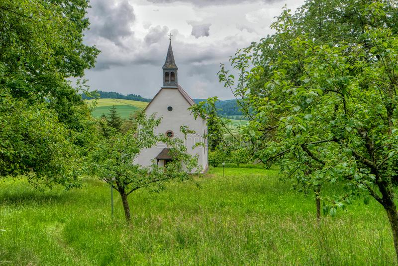 Chiesa di Neckarkatzenbach lungo la traccia di escursione interurbana Neckarsteig fotografia stock libera da diritti