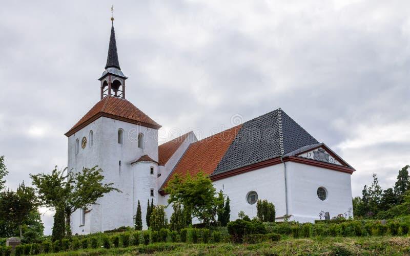 Chiesa di Nordborg con la torre ed il giardino In Sonderborg, Als dell'isola, Danimarca del sud immagine stock