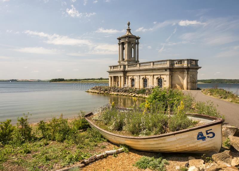 Chiesa di Normanton sull'acqua di Rutland fotografia stock libera da diritti