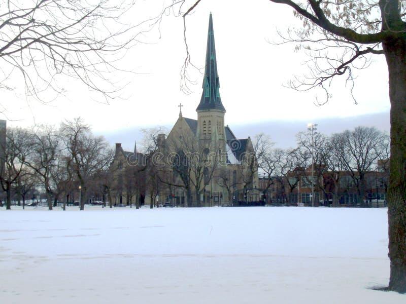Chiesa di osservazione dal parco immagini stock libere da diritti