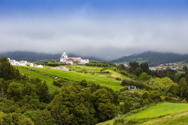 Chiesa di parrocchia nel villaggio del DOS Remedios di Nossa Senhora, isola di Miguel del sao, Azzorre fotografia stock