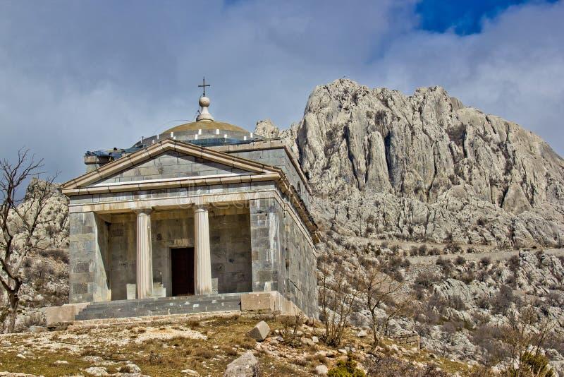 Chiesa di pietra sulla montagna di Velebit immagini stock libere da diritti