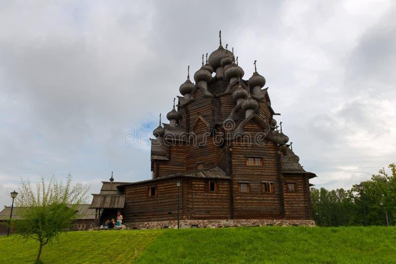 Chiesa di Pokrovskaya nella proprietà Bogoslovka immagini stock