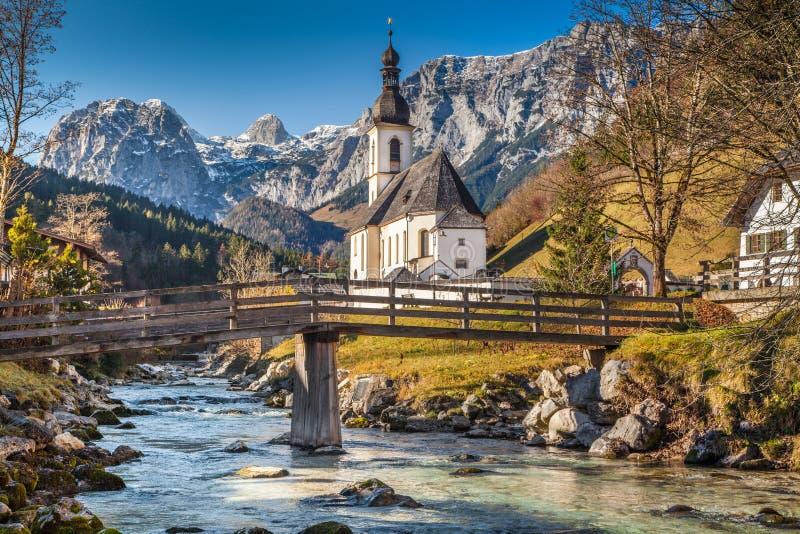 Chiesa di Ramsau nella caduta, terra di Berchtesgadener, Baviera, Germania immagini stock libere da diritti