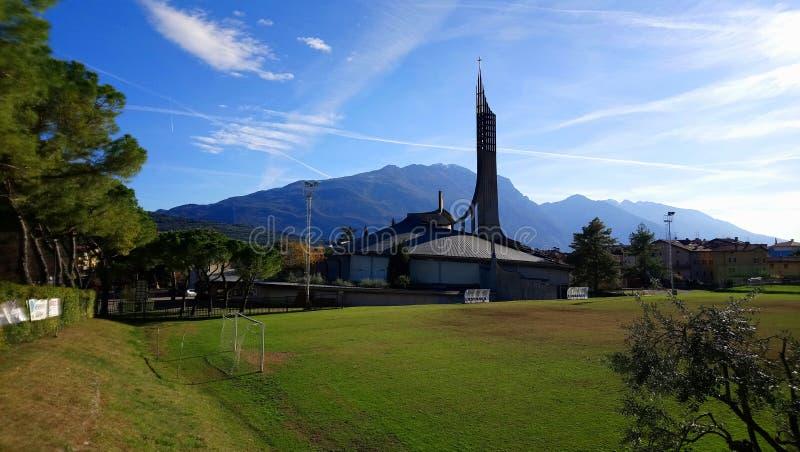 Chiesa di Riva On Garda Lake fotografie stock libere da diritti