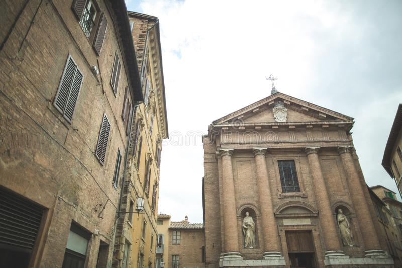 Chiesa di San Cristoforo con le statue sulla facciata fotografie stock