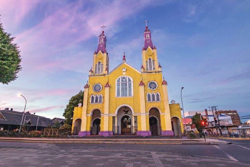 Chiesa di San Francisco alla plaza de Armas Square al tramonto - Castro, isola di Chiloe, Cile immagini stock
