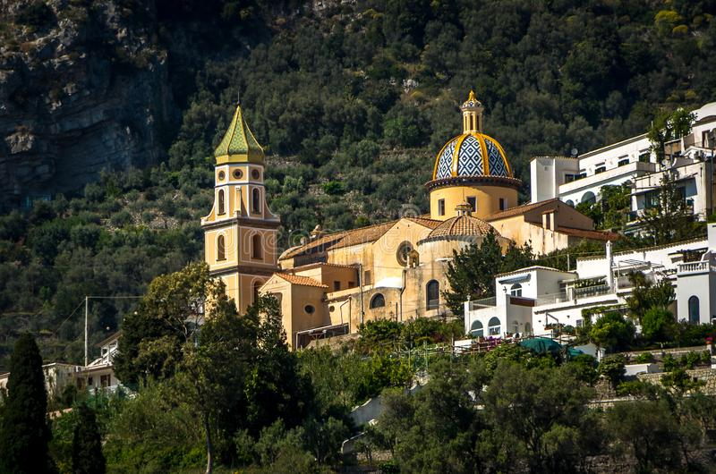 Chiesa di San Gennaro con il tetto arrotondato in Vettica Maggiore Praiano, Italia fotografia stock libera da diritti