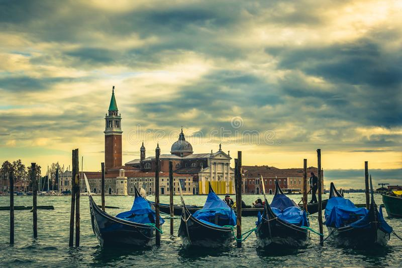 Chiesa di San Giorgio Maggiore y gondoles en Venecia, Italia fotos de archivo