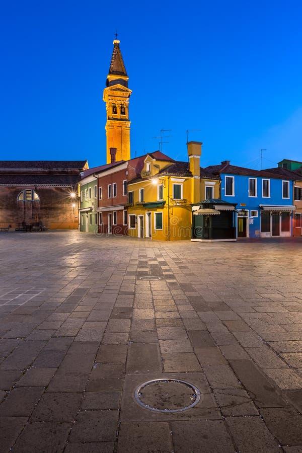 Chiesa di San Martino et Chambres colorées de Burano le soir, photo stock