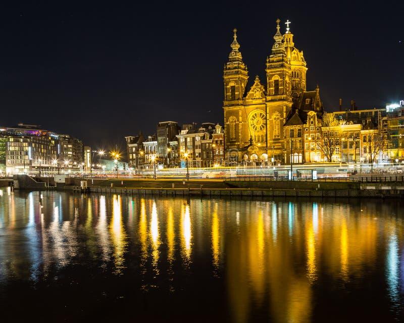 Chiesa di San Nicola a Amsterdam alla notte fotografia stock