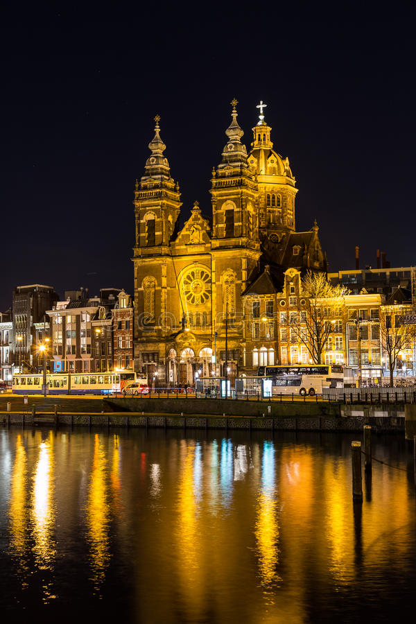 Chiesa di San Nicola a Amsterdam alla notte fotografia stock libera da diritti