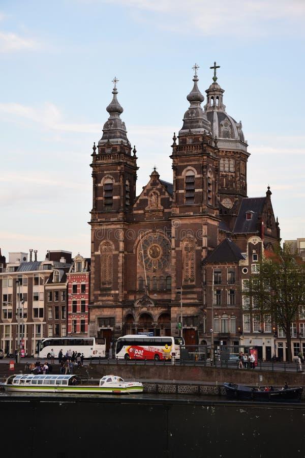 Chiesa di San Nicola - Basiliek van de Heilige Nicolaas su Prins Hendrikkade a Amsterdam, Olanda, Paesi Bassi fotografia stock libera da diritti