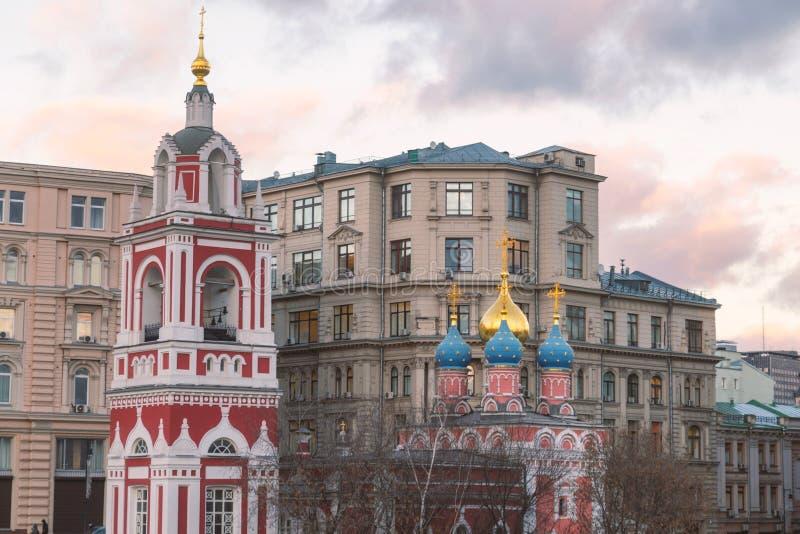 Chiesa di St George nel centro urbano di Mosca fotografia stock