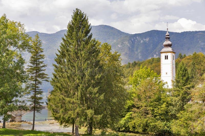 Chiesa di St John sul lago Bohinj in Slovenia fotografia stock libera da diritti