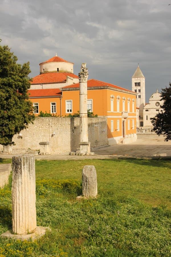 Chiesa di St Mary e forum romano Zadar La Croazia immagini stock