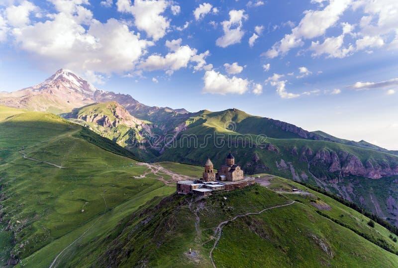 Chiesa di trinità di Gergeti o Tsminda Sameba - chiesa di trinità santa vicino al villaggio di Gergeti in Georgia fotografia stock libera da diritti