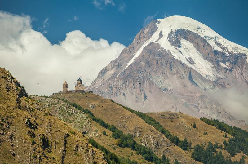 Chiesa di trinità di Gergeti e supporto Kazbek in Georgia fotografia stock libera da diritti