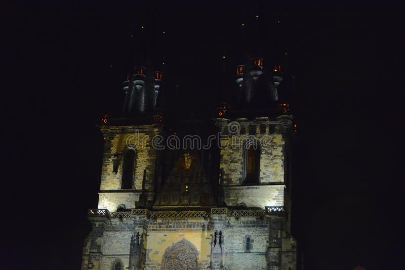 Chiesa di Tyn di notte a Praga immagine stock libera da diritti