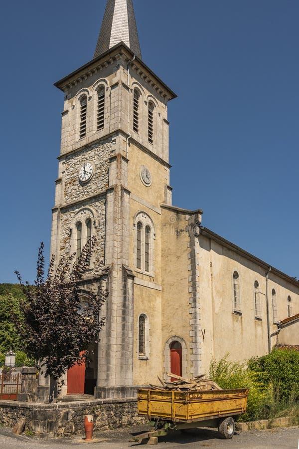 Chiesa di un villaggio d'agricoltura nella regione di Pirenei-Atlantiques Aquitaine Francia immagine stock libera da diritti