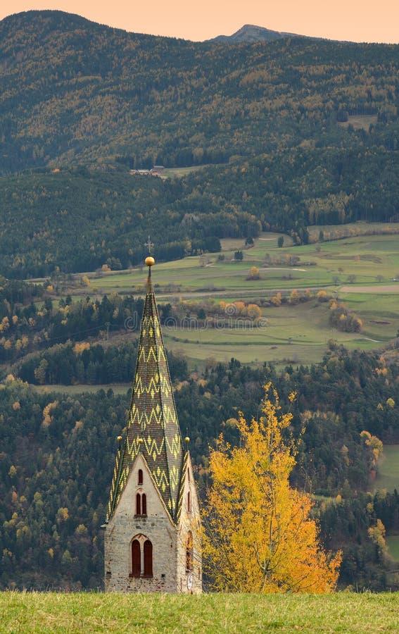 Chiesa di Villandro durante la stagione di autunno Bolzano, Italia fotografia stock libera da diritti