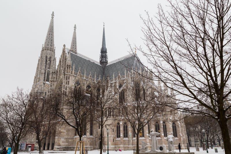 Chiesa di Votice a Vienna nell'inverno con neve fotografia stock libera da diritti