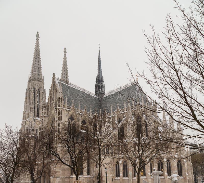 Chiesa di Votice a Vienna nell'inverno con neve fotografie stock