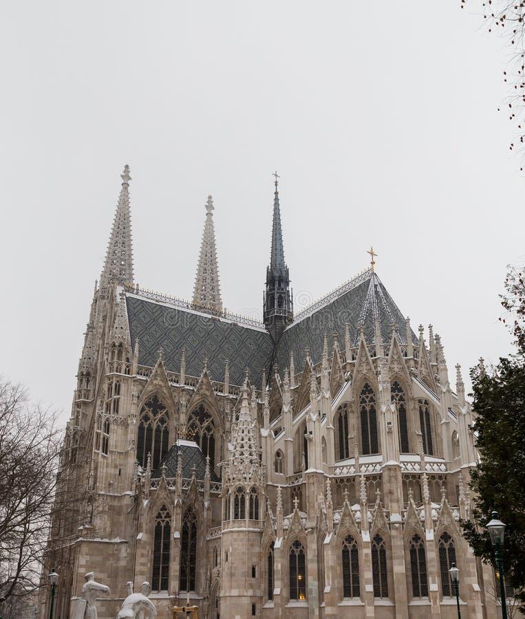 Chiesa di Votice a Vienna nell'inverno con neve immagini stock