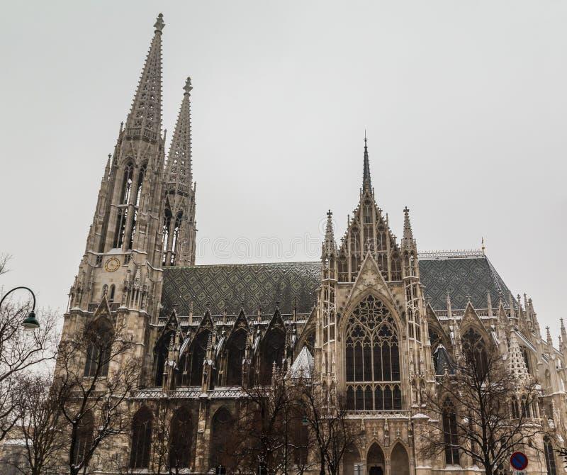 Chiesa di Votice a Vienna nell'inverno con neve fotografie stock libere da diritti