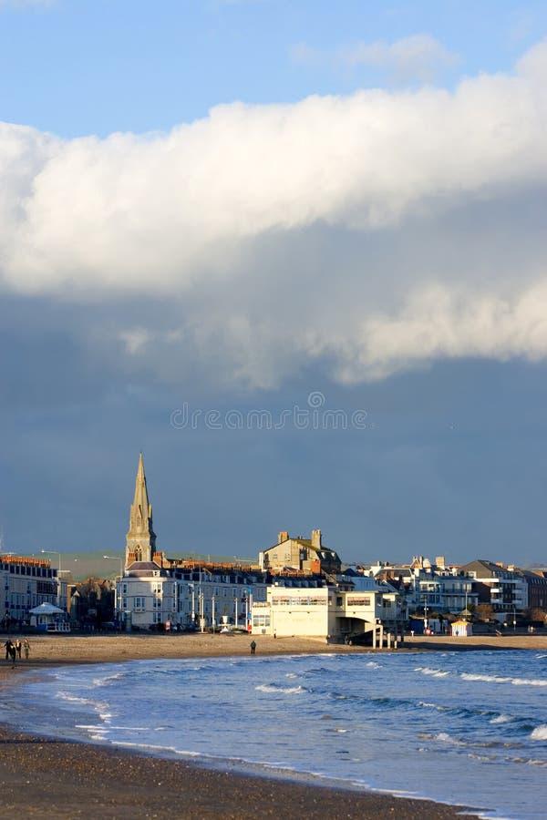 Chiesa di Weymouth in Inghilterra del sud un giorno pieno di sole e tempestoso immagini stock