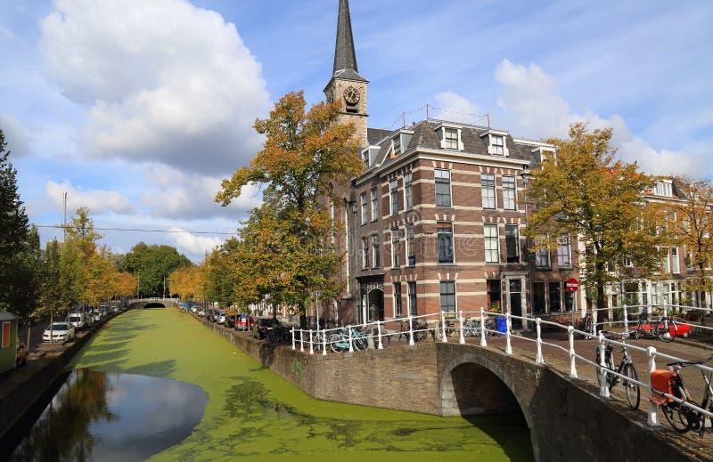 Chiesa e canale a Delft, Olanda immagine stock