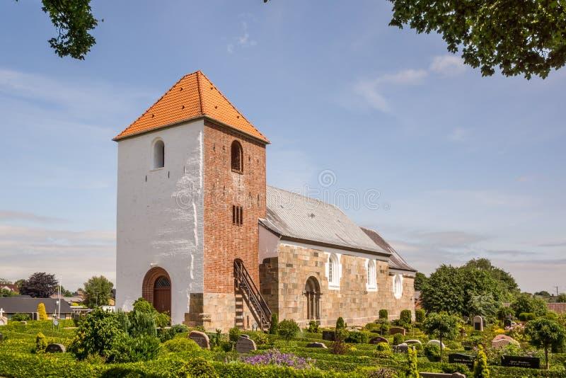 Chiesa e cimitero romani in Danimarca immagine stock